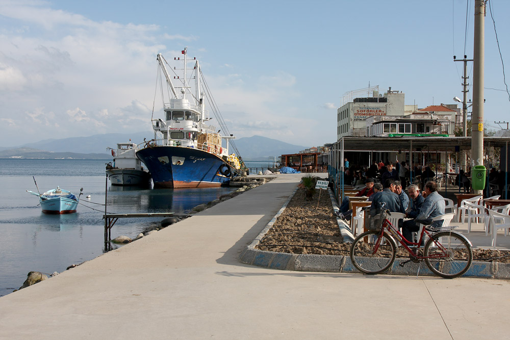 Port and cafés in Çandarlı